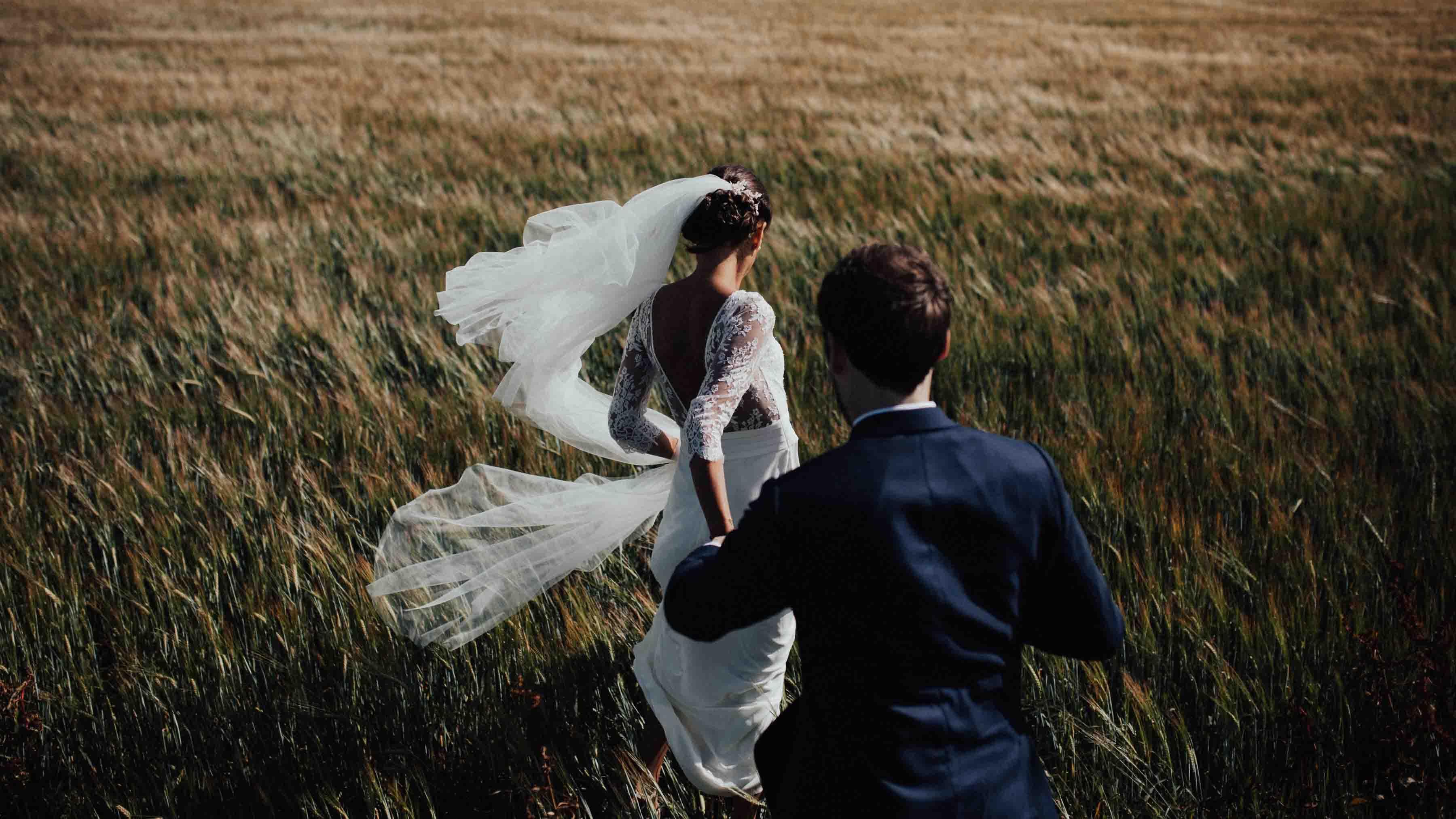 shotting photo couple mariage ile de re sweet ice ccream wedding